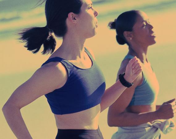 Imagem de duas mulheres correndo.