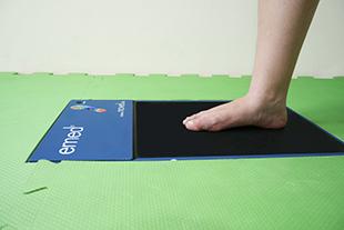 Imagem mostrando o exame realizado durante a avaliação nos pés, chamada baropodometria.