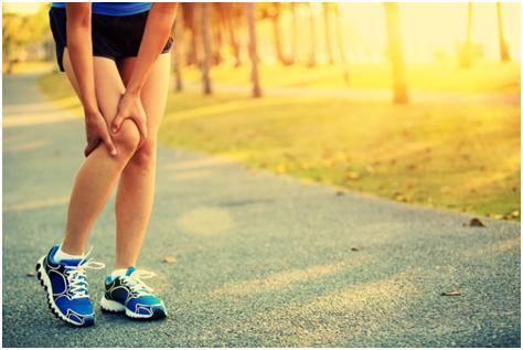 Imagem ilustrativa de uma pessoa com dores na parte lateral do joelho.