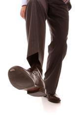 O caminhar com sapatos sociais, que em sua maioria, favorecem a pisada neutra.