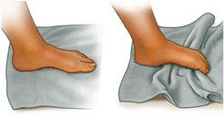 Imagem de um pé fazendo exercício com uma toalha.