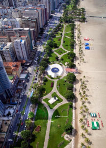 Fotografia da Orla de Santos dividindo a praia e a área urbana