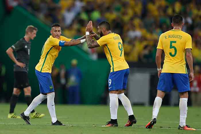 Jogadores da seleção brasileira comemorando