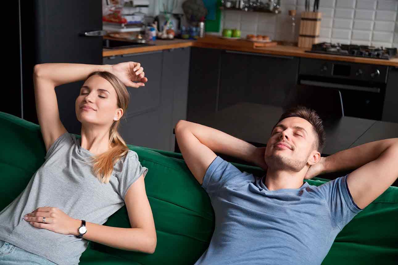 Homem e mulher sentados descansando