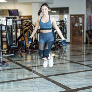 Garota pulando corda em uma academia