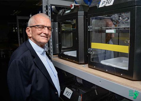 Fundador da Pés Sem Dor, Thomas Case, no parque de impressoras da empresa